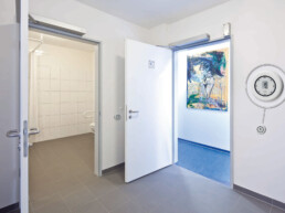 Open door - Touch free Toilet - Dormakaba