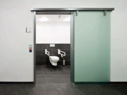Touch-free deuren - dormakaba CS 80 MAGNEO - Touchfree Toilet oplossingen